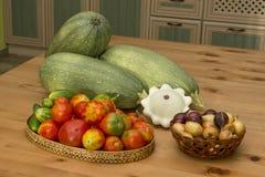 Calabacín, calabaza, tomates y pepinos en la tabla Foto de archivo