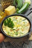 Calabacín cocido con el pollo y las hierbas Foto de archivo libre de regalías