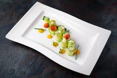 Calabacín relleno con queso cuajado y mariscos Restaurante italiano menú fotos de archivo