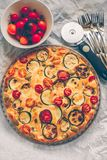Calabacín, tomates y tarta del queso foto de archivo libre de regalías