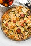 Calabacín, tomates y tarta del queso Imagenes de archivo