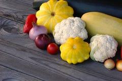 Calabacín verde, calabaza amarilla, tomate, coliflor, paprika y cebollas imagen de archivo libre de regalías