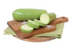 Calabacín verde en el tablero Imagen de archivo