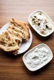 Calabacín y berenjenas fritos con el yogur fotografía de archivo