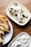 Calabacín y berenjenas fritos con el yogur fotos de archivo