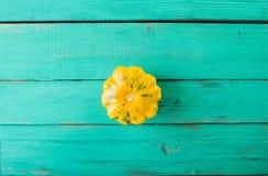 Calabaza amarilla en un fondo de madera de la turquesa Imagenes de archivo