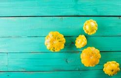 Calabaza amarilla en un fondo de madera de la turquesa Visión superior, aún vida festiva colorida Fotografía de archivo libre de regalías