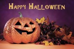 Calabaza anaranjada de la Jack-o-linterna del feliz Halloween con el texto de la muestra Fotos de archivo libres de regalías