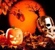 Calabaza anaranjada de Víspera de Todos los Santos en las hojas de otoño Imagen de archivo