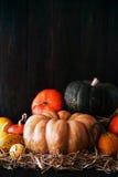 Calabaza anaranjada en la tabla rústica Fotos de archivo libres de regalías