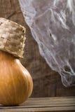 Calabaza con la cesta de mimbre Foto de archivo