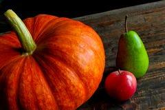 Calabaza con las frutas en la tabla fotografía de archivo libre de regalías