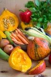 Calabaza cortada y verduras clasificadas Fotos de archivo