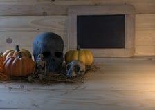 calabaza, cráneo, esqueleto en el fondo de madera para el holi de Halloween imagenes de archivo