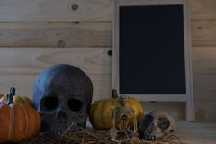 calabaza, cráneo, esqueleto en el fondo de madera para el holi de Halloween fotos de archivo