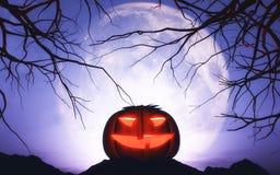 calabaza de 3D Halloween en paisaje iluminado por la luna Fotos de archivo libres de regalías