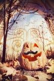 Calabaza de Halloween cerca de la puerta imagenes de archivo