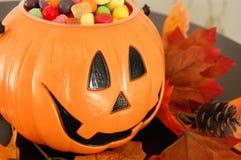 Calabaza de Halloween con el caramelo Imagen de archivo libre de regalías