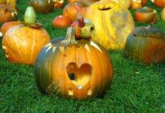 Calabaza de Halloween con hacia fuera cutted el corazón Fotos de archivo libres de regalías