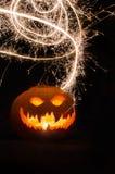 Calabaza de Halloween con la cara y las bengalas asustadizas Imagen de archivo libre de regalías