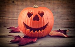 Calabaza de Halloween, con las hojas imagenes de archivo