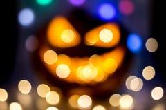 Calabaza de Halloween con las luces del partido desenfocado foto de archivo