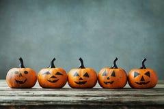 Calabaza de Halloween con sonrisa divertida en la tabla de madera Imágenes de archivo libres de regalías