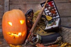 Calabaza de Halloween con vadear botas y la pesca con mosca Fotografía de archivo