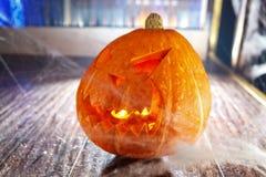 Calabaza de Halloween en el web de la noche Fotos de archivo