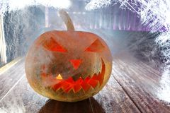 Calabaza de Halloween en el web de la noche Foto de archivo libre de regalías