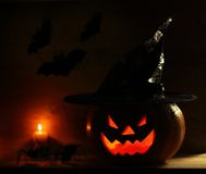 Calabaza de Halloween en fondo de madera Imagen de archivo