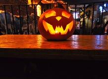 Calabaza de Halloween en la barra Imagen de archivo libre de regalías
