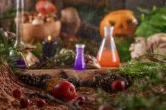 Calabaza de Halloween en la tabla en una choza de la bruja y burbujas de la poción foto de archivo libre de regalías
