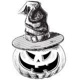Calabaza de Halloween en sombrero mágico de la bruja Fotos de archivo