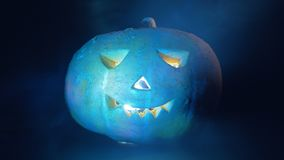 Calabaza de Halloween iluminada desde adentro y afuera Calabaza de Víspera de Todos los Santos en obscuridad almacen de metraje de vídeo