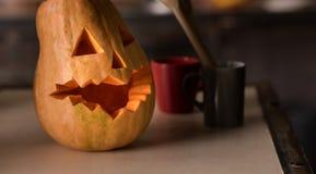 Calabaza de Halloween que miente en la tabla en la cocina Fotografía de archivo