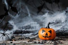 Calabaza de Halloween y decoración fantasmagórica Foto de archivo