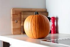 Calabaza de otoño en una tabla en cocina imagen de archivo libre de regalías