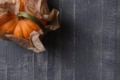Calabaza decorativa envuelta en papel marrón llano Fotografía de archivo