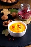 Calabaza del concepto de la comida del invierno del otoño o sopa del butternut en el sl negro foto de archivo