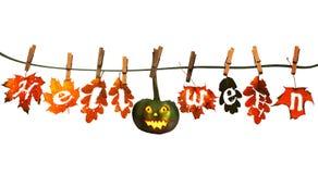 Calabaza divertida de Halloween, colgando en una cuerda con otoño Foto de archivo libre de regalías