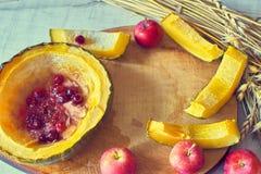 Calabaza dulce cocida hecha en casa con el plato tradicional del otoño de los arándanos Fotografía de archivo
