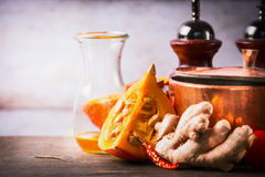 Calabaza en la tabla del escritorio de la cocina con cocinar el pote, el aceite y el jengibre Fondo de la comida para el otoño qu Fotografía de archivo