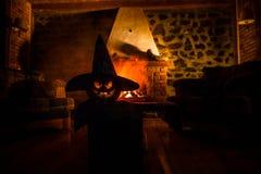Calabaza espeluznante de Halloween cerca de una chimenea Fuego en el fondo imágenes de archivo libres de regalías