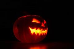 Calabaza iluminada de Halloween en fondo negro Foto de archivo