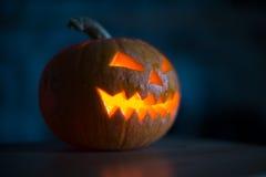 Calabaza iluminada de Halloween en fondo negro Imagen de archivo
