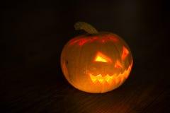 Calabaza iluminada de Halloween en fondo negro Fotos de archivo