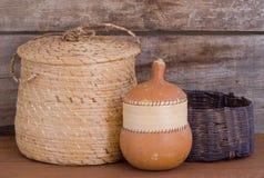 Calabaza india nativa de las cestas que tejen en estante imagen de archivo