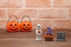 Calabaza Jack O& x27 de Halloween; linterna, sepulcro, y momia en la madera Fotografía de archivo