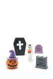 Calabaza Jack O& x27 de Halloween; linterna, sepulcros, momia, y ataúd en el fondo blanco Foto de archivo libre de regalías